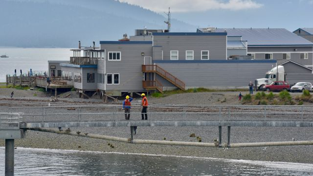Land Crew get ready to dock the Kennicott